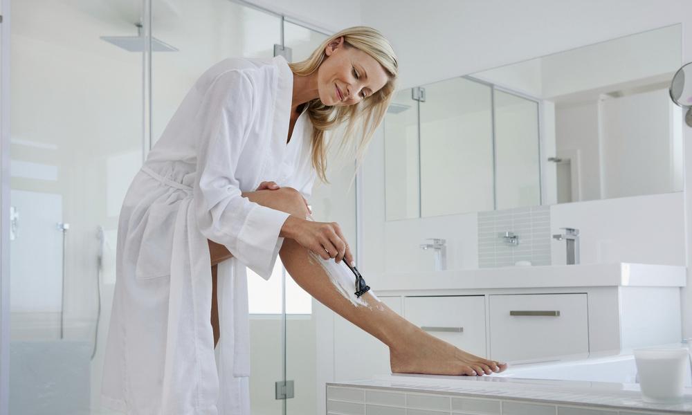 Как часто нужно брить ноги: отвечает косметолог