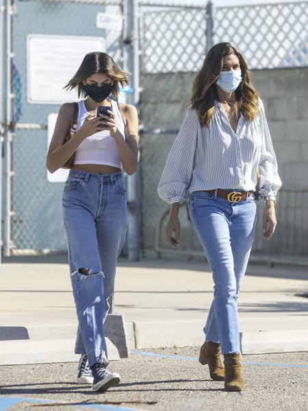 Синди Кроуфорд надела джинсы, которые ее полнят и старят
