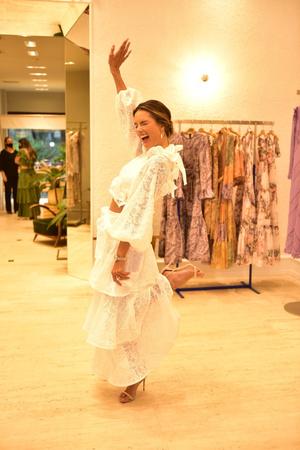 Фото №1 - Спустилась с небес: похожая на ангела Алессандра Амбросио в белоснежном топе и юбке Zimmermann