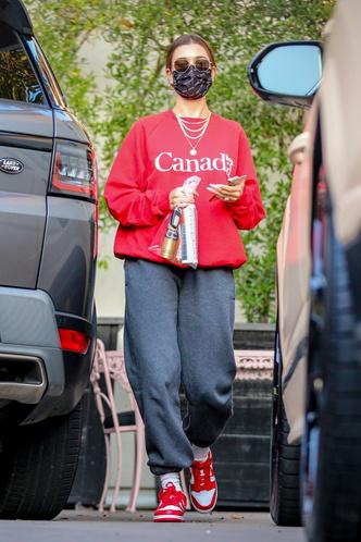 Фото №1 - Хейли Бибер показывает, как стильно носить сувенирный мерч, который есть в гардеробе у каждой
