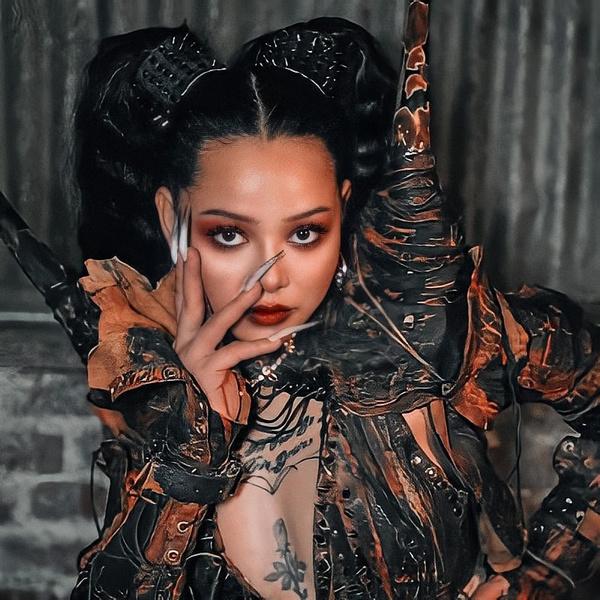 Фото №2 - Страшно красиво: самые стильные прически и макияжи Беллы Порч из клипа «INFERNO»