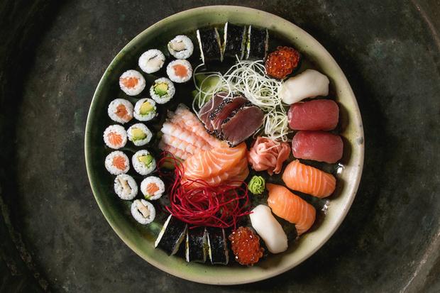 Фото №1 - Можно ли есть суши и роллы на диете?