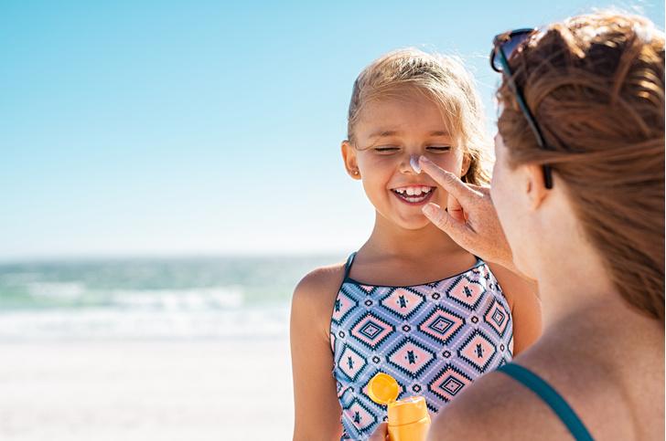 Родителей, которые позволяют детям обгорать на солнце, надо штрафовать