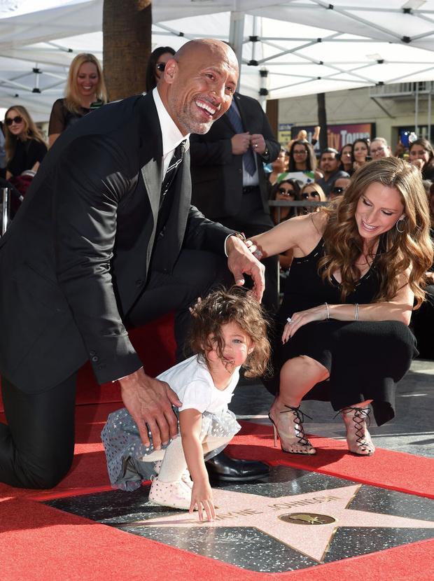 Фото №1 - Вся семья голливудского актера Дуэйна Джонсона заболела коронавирусом. Включая маленьких детей
