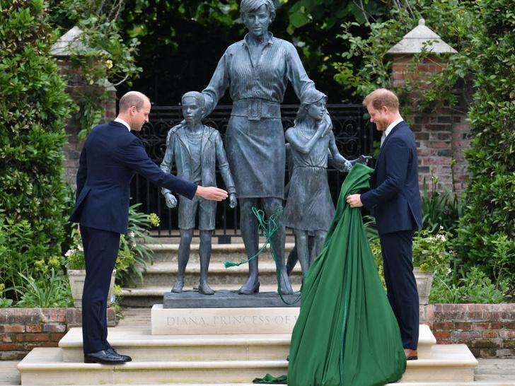 Фото №4 - Фальшивый принц: чем Гарри разозлил британцев во время выхода с Уильямом