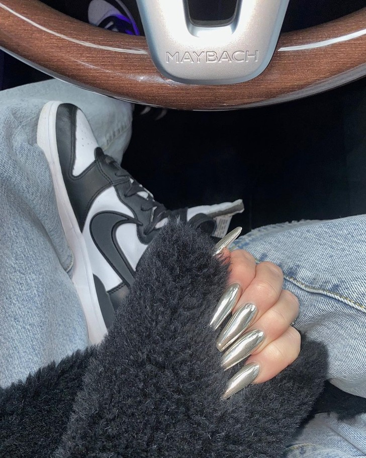 Фото №1 - Нейл-арт под авто: хромированный маникюр Хлои Кардашьян в стиле сияющего Maybach