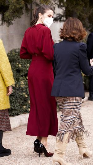 Фото №3 - Коварный разрез: модный конфуз королевы Летиции