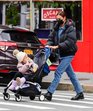 Фото №2 - Зимний образ для мам (и не только): Ирина Шейк в пуховике и костюме из денима на прогулке с дочерью