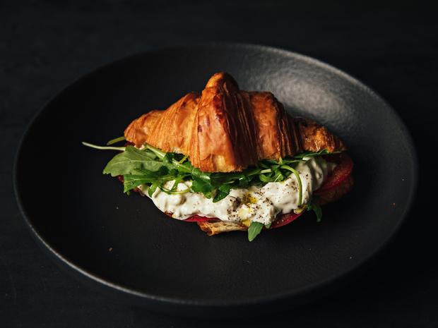 Фото №2 - Сэндвич-круассан: 5 необычных и вкусных идей для завтрака