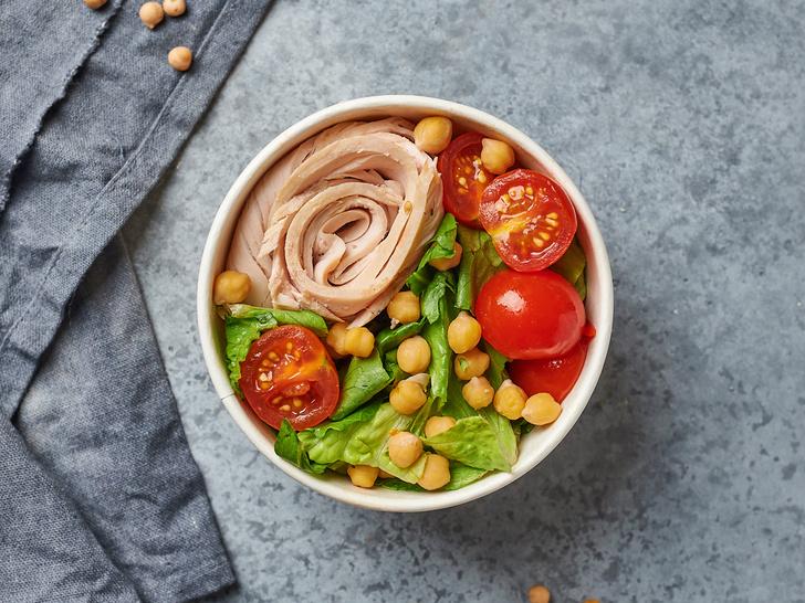 Фото №2 - От классического до легкого: лучшие рецепты салата «Цезарь»