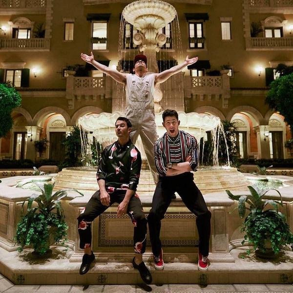 Фото №1 - The Boys in Vegas: три стильных осенних образа для парней от братьев Джонас