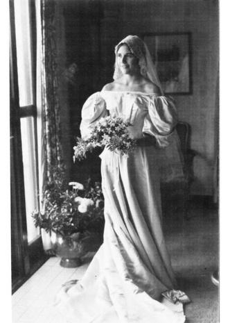 Фото №10 - Кружева истории: самые старые свадебные платья в мире