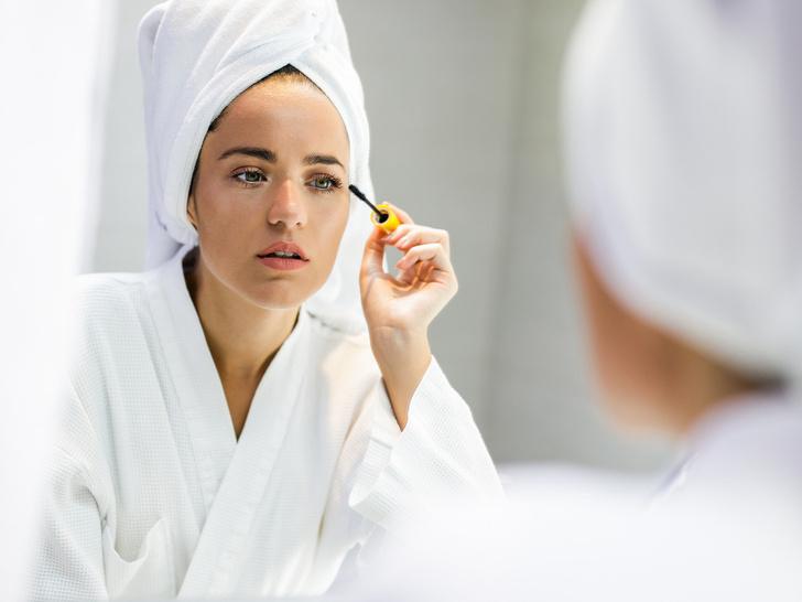 Фото №1 - Опасная красота: как косметика может навредить вашим глазам