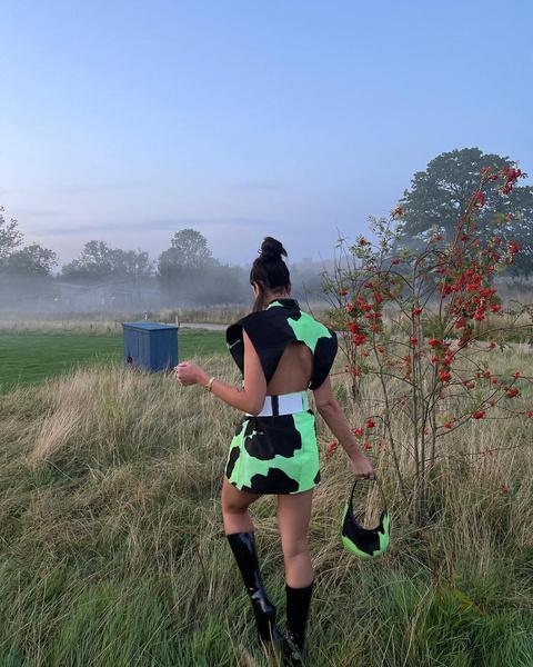 Фото №2 - Зеленые тени и высокий пучок: Дуа Липа показала трендовый образ для осенних прогулок
