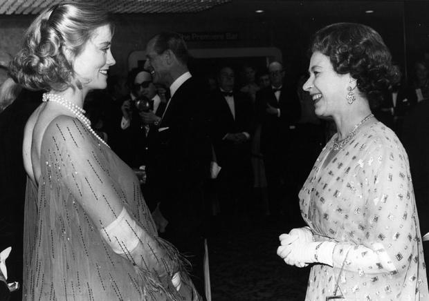 Фото №10 - Как звезды одевались на встречи с Королевой: от гламура Мэрилин Монро до латекса Леди Гаги