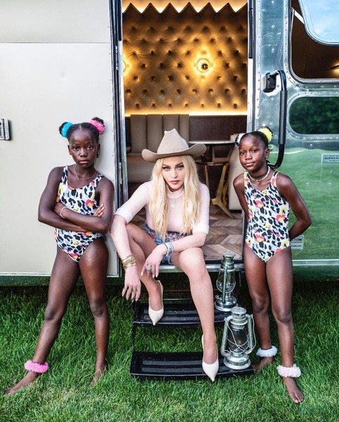 Фото №3 - 62-летняя Мадонна в микрошортах устроила пикник с юным бойфрендом и детьми: фото