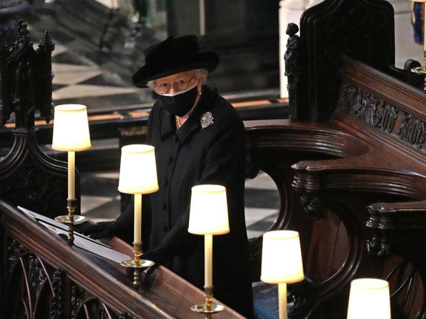 Фото №1 - Дорогие воспоминания: какие важные вещи Королева взяла на похороны принца Филиппа