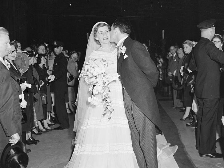 Фото №2 - Бабушкино платье и минимум гостей: наследница династии Кеннеди вышла замуж