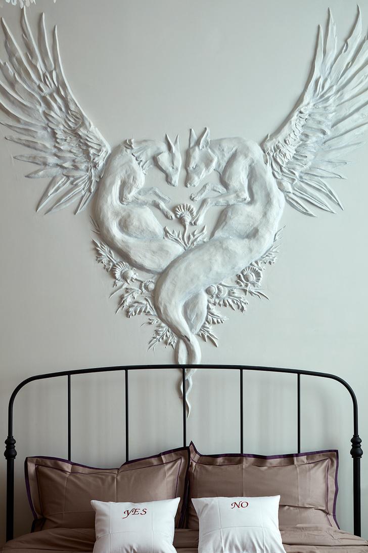 Фото №1 - Стена над изголовьем кровати: 10 идей декора