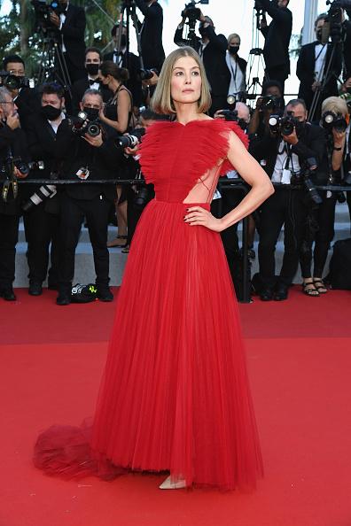 Фото №1 - Червонная королева: «сердечное» платье Розамунд Пайк на церемонии закрытия Каннского кинофестиваля