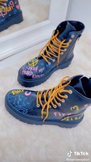 Фото №2 - Лайфхак из TikTok: как стильно кастомизировать старые ботинки