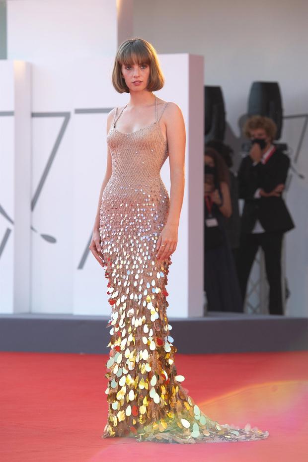 Фото №1 - Новое поколение Versace: дочь Умы Турман в нюдовом платье русалки на Венецианском кинофестивале