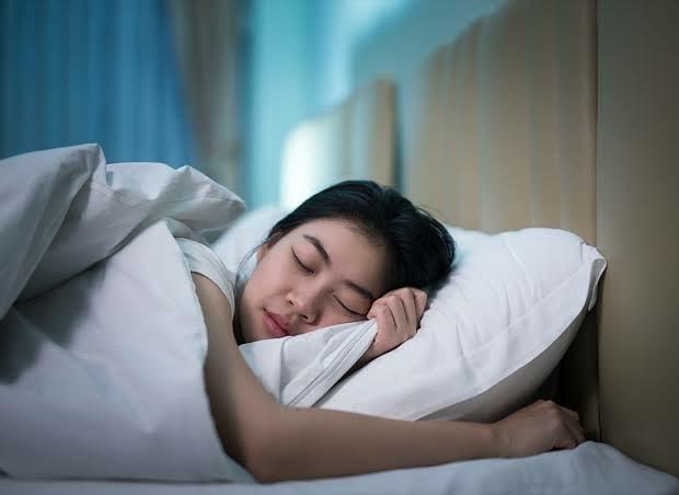 Фото №2 - Что будет, если лечь спать с мокрыми волосами?