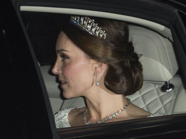 Фото №8 - Диадемы для герцогини: все знаковые выходы Кейт в тиарах