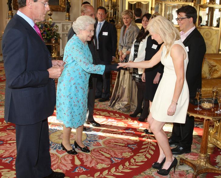 Фото №20 - Как звезды одевались на встречи с Королевой: от гламура Мэрилин Монро до латекса Леди Гаги
