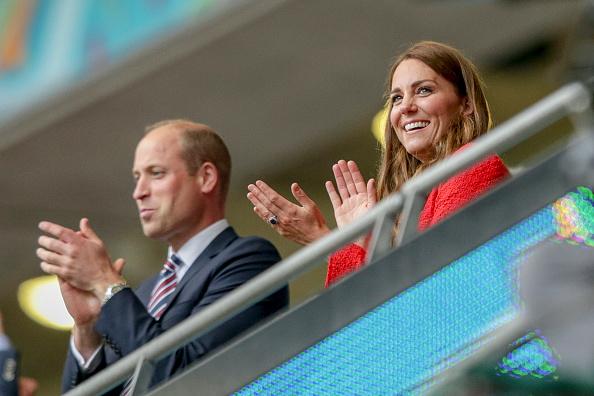 Фото №3 - Красный— символ победы: Кейт Миддлтон в жакете Zara на футболе