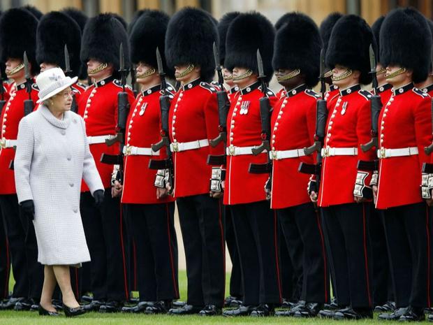 Фото №1 - Медвежьи шапки и обмороки «по протоколу»: 10 интересных фактов о Королевской гвардии