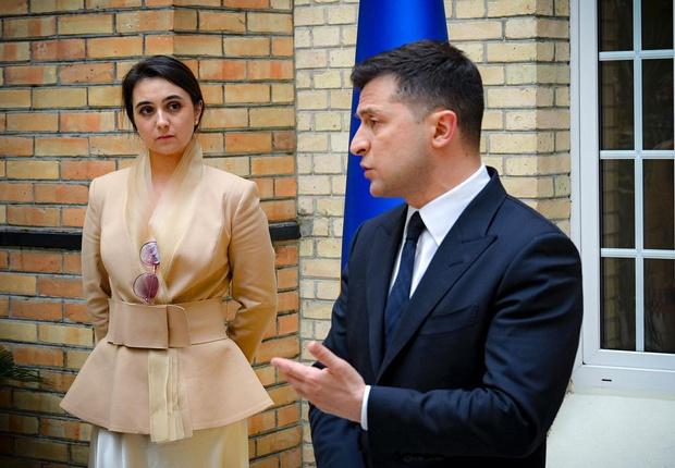 Фото №2 - Как выглядит пресс-секретарь Зеленского, которую подозревают в «нерабочих» отношениях с президентом