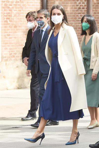 Фото №4 - Винтажный подарок: королева Испании появилась на мероприятии в старом платье свекрови