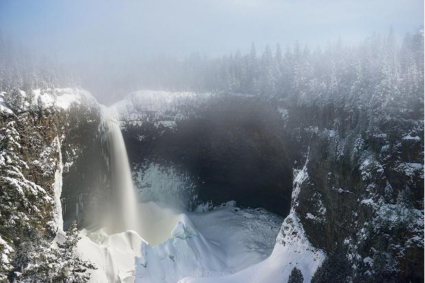Фото №1 - Как увидеть ледяной водопад в Канаде