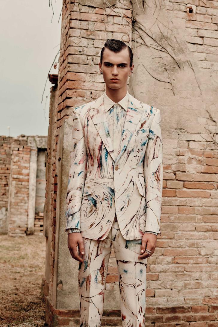 Фото №1 - Самые поэтичные костюмы (и одно платье!) в мужской коллекции Alexander McQueen Spring 2022