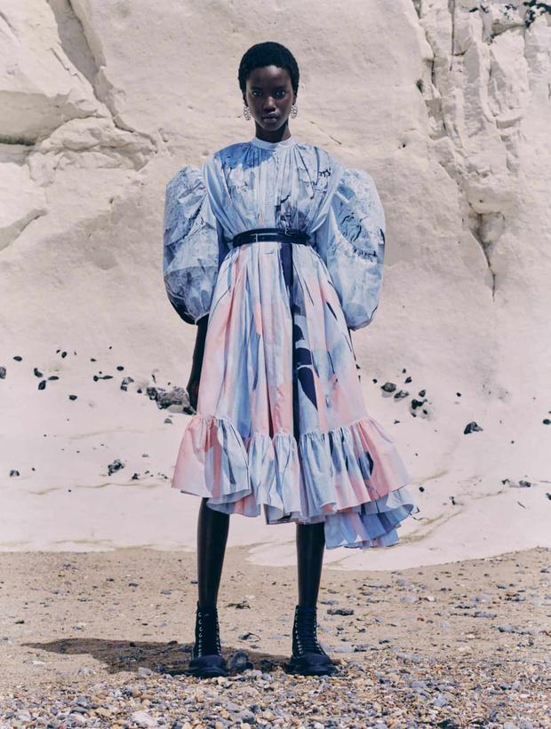 Фото №1 - Причудливые банты и «поплывшие» ткани: коллекция Alexander McQueen в ожидании весны