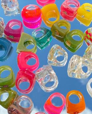 Фото №6 - Самый летний тренд: как носить пластиковые кольца, как у Беллы Хадид и Дуа Липы
