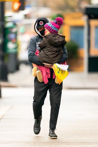 Фото №1 - Фотографии, от которых мы не можем оторваться: Брэдли Купер с малышкой Леей на руках