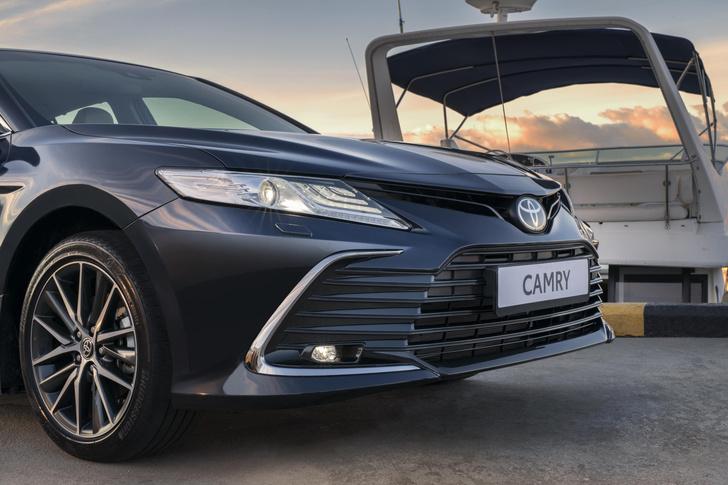 Фото №1 - Новая Toyota Camry примчалась в Россию с новыми моторами