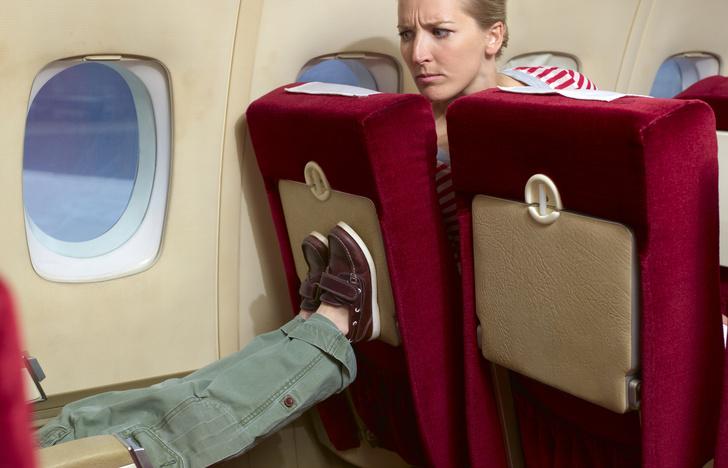 Фото №1 - Маленький садист: что делать, если ребенок пинает ваше кресло в самолете