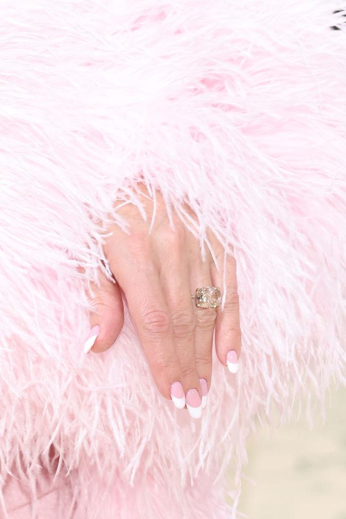 Фото №3 - Лиф вместо топа, пальто из органзы и два огромных бриллианта на шее: Кейт Хадсон на Met Gala
