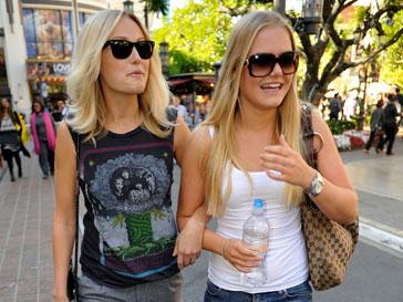 Малин Акерман (слева) познакомила сестру Дженнифер (справа) с Томом Крузом