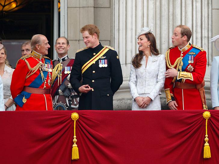 Фото №14 - Любимый дедушка: 25 самых трогательных фото принца Филиппа с внуками