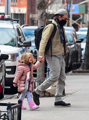 Фото №1 - Mini me: Брэдли Купер на прогулке с дочкой, которая становится все больше и больше похожа на него