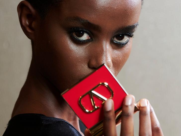 Фото №1 - Valentino Beauty дебютировал с новой коллекцией макияжа в рамках Недели моды в Париже