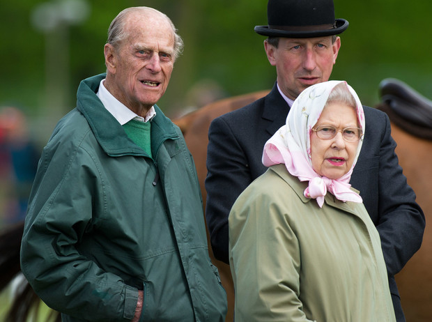 Фото №1 - Почему принц Филипп хотел, чтобы Королева отреклась от престола