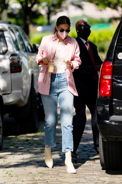 Фото №2 - Супермодель Джиджи Хадид гуляет в идеальных джинсах для мам за 2500 рублей