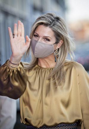 Фото №2 - Какие серьги носить сейчас и как правильно сочетать их с маской? Чрезвычайно удачный пример королевы Максимы