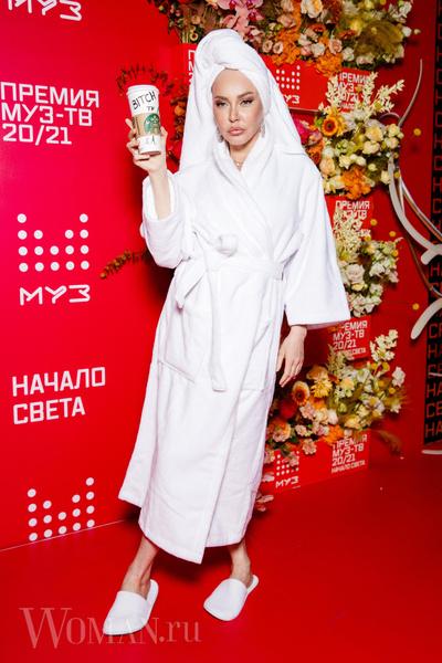 Фото №9 - «Голая» Клава Кока, любвеобильный Филипп Киркоров и розовый Даня Милохин: самые яркие наряды звезд на «Премии Муз-ТВ»