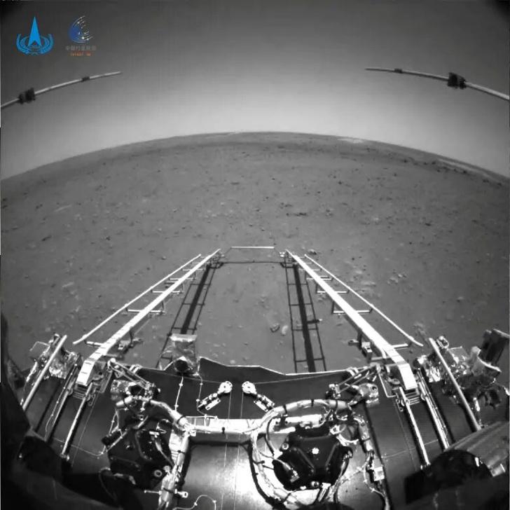 Фото №1 - Китайский ровер «Чжужун» передал первые фотографии Марса